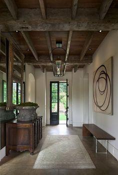 el piso y el hierro negro de la puerta y ventanas, mezclado con madera en tonos naturales.