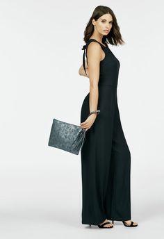 Deine coolste Alternative zum Kleid: Der schicke Overall verzaubert Dich mit seinem lässig-schönem Style und dem offenen Rücken. Must-have!...