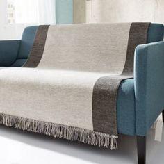 Pflegeleichte, strapazierfähige Wohndecke in Naturfarben, die Maße der Decke sind extra auf Sitzmöbel abgestimmt.