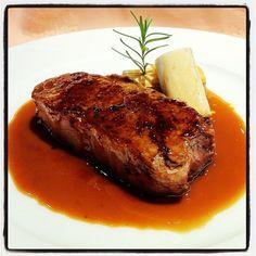 Llom de vedella gallega a la 'perigueaux' amb caneló de bolets i 'foie'. El Hogar Gallego (Calella, Maresme). Plat de Toni Gordillo. Desembre de 2011 #cuina #gastronomia #elhogargallego #tonigordillo #calella #maresme #cocina #mediterrania #restaurante #r