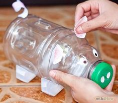 How to make a plastic bottle piggy bank from a recycled plastic pop or juice bottle and other recycled elements. Water Bottle Crafts, Plastic Bottle Crafts, Diy Bottle, Reuse Plastic Bottles, Recycled Bottles, Plastic Recycling, Pop Bottles, Juice Bottles, Homemade Piggy Banks