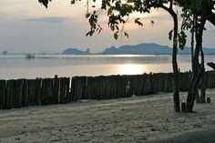 Abendstimmung am Strand des Islanda Eco Village Resorts auf Koh Klang, Krabi, Thailand. Krabi Thailand, Strand, Resorts, Places Ive Been, Celestial, Sunset, Beach, Water, Outdoor