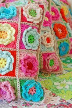 Almofada florida de crochê.