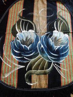 JOGO DE TAPETES PARA BANHEIRO COM 3 PEÇAS  Descrição: Feito com fios de algodão; Confeccionado em tear; Pintado a mão; Fácil de limpar; Pode ser lavado em máquina ou tanquinho;  MEDIDAS TAPETE - 0,50 X 0,65 TAMPA PARA O VASO SANITÁRIO - 0,40 X 0,45 TAPETE DO VASO - 0,50 X 0,45  Obs.: 3ª e 4ª foto do tapete estão expostos (somente como modelo) R$ 36,29