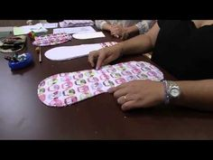#Tutorial: babero para bebé - YouTube Baby Girl Crochet, Crochet Baby Booties, Baby Sewing Projects, Sewing Hacks, Bebe Daniels, Baby Sheets, Kit Bebe, Baby Kit, Sewing Studio