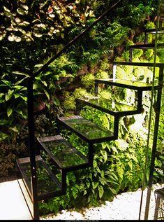 【屋外に動線追加】光を通す透明なガラスの階段 | 住宅デザイン