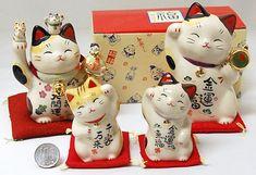 Манэки-нэко очень популярны по всей Японии. Манэки-нэко переводится буквально как «Приглашающий кот», «Зовущая кошка».  Также известный как «Кот счастья», «Денежный кот» или «Кот удачи»