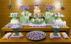 Há mulheres que preferem o lilás ao rosa. Para elas, a decoração ideal é assim, com vários tons de roxo sobre a mesa. De Malu Mattos. Foto: Divulgação