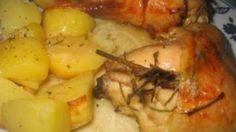 Ricetta Pollo al forno con patate al vino bianco: Pulite le coscie di pollo e tagliate a tocchetti le patate. Incidete la coscia con un coltello. Infilate nel taglio un pezzetto di rosmarino. In una teglia da forno sistemate da un lato le patate e vicino le cosce. Salate, pepate...