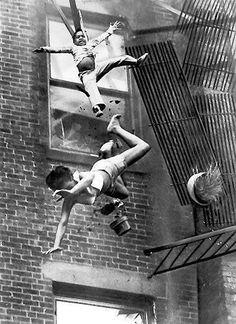 Fútbol en motocicleta. 1919. Https://pbs.twimg.com/media/BPZDxLXCAAINGDR.jpg. Charles C. Ebbets hace una fotografía desde lo alto de un rascacielos en Nueva York. 1905. Https://pbs.twimg.com/media/BPZDO12CUAAoiVg.jpg. Albert Einstein dando una charla...