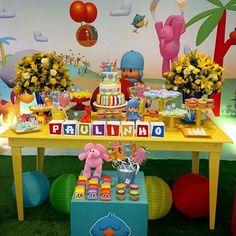 Hoje é dia de Pocoyo! Linda decoração de @maniadefita com nossa mesa buffet e tapete grama! ...