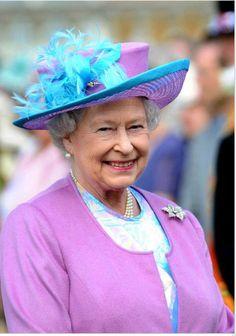 Queen Elizabeth. Commonwealth, Windsor Fashion, Royal Fashion, Fascinator Wedding, Die Queen, Queen Hat, Foto Real, British Royal Families, Royal Queen