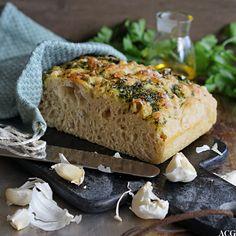 Focaccia med persille og hvitløk bør bakes så ofte som mulig. Den gode urtesmaken passer til alt og hvitløken setter en ekstra spiss på det saftige brødet.