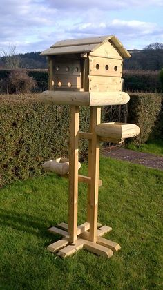 Look what you can make bird table plans for your house : How To Make A Bird Table Plans. How to make a bird table plans. Large Bird Feeders, Wood Bird Feeder, Bird Feeder Plans, Bird House Feeder, Bird Tables Uk, Bird Feeding Table, Wooden Workshops, Wooden Bird Houses, Birdhouse Designs