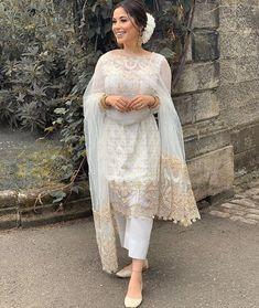 Pakistani Fashion Party Wear, Pakistani Wedding Outfits, Pakistani Dresses Casual, Indian Fashion Dresses, Dress Indian Style, Pakistani Dress Design, Indian Designer Outfits, Bridal Outfits, Indian Outfits