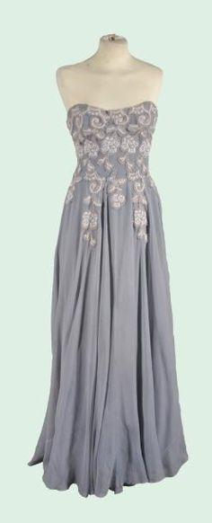 Robe longue bustier en mousseline gris-bleu avec des applications de fleurs, or et argent vers 1950, griffé GRES (Reprise par la cliente qui doit la détacher et la rapporter)