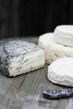 Los quesos de cabra tiernos se hacen de manera artesanal, por eso su sabor único.