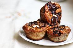 Muffin de coco, banana, amêndoas e gotas de chocolate. | Cozinha Primal