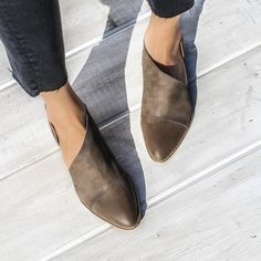 Choose a pair of stylish flats from above or the images given post. cute flats for work, comfortable cute flats, cute cheap flats, cute ballet flats Crazy Shoes, Me Too Shoes, Moda Disney, Men Dress, Dress Shoes, Dress Clothes, Simple Shoes, Minimalist Shoes, Minimalist Fashion