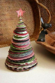 een kerstboom gemaakt met verschillende stoffen