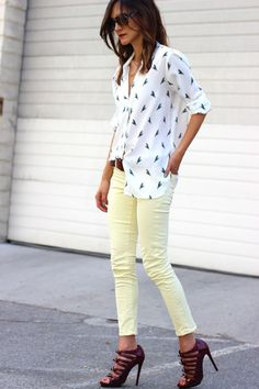 Summer casual. Loving those yellow, pastel skinny jeans. Talk about sassy shoes. Uh huh.