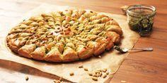J'ai testé : la tarte soleil pesto-pignons (pas-à-pas) - Cuisine Actuelle Pesto, Vegetarian Quiche, Happy Vegan, Kitchen Recipes, Apple Pie, Bread, Dinner, Cooking, Sweet