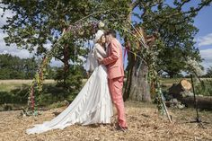 Mila de Wit (Dutch model) and Jamie Burke (rocker) on their wedding on the British countryside.  In a vintage dress and he wears a pink Marc Jacobs suit from the sale. 25.07.2015