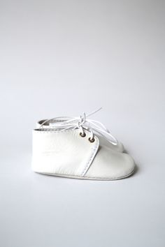 White leather baby shoes by MiniMo.