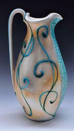 De belles arabesques sur un pichet élancé  comme j'aime