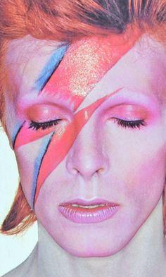 David Bowie as Aladdin Sane Aladdin Sane, Axl Rose, Cultura Pop, Makeup Fx, 1980s Makeup, Iconic Makeup, Rock Makeup, Rock And Roll, Duncan Jones