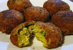 Συστατικά 500 γρ. κολοκύθια τριμμένα 200 γρ. τυρί φέτα τριμμένη 1 ματσάκιβασιλικό, ψιλοκομμένο 1/3 ματσάκιάνηθο, ψιλοκομμένο 1 ματσάκιδυόσμο μόνο τα φύλλα, ψιλοκομμένο 2 φρέσκα κρεμμυδάκια ψιλοκομμένα ξύσμα απο 2 λάιμ 1 κοφτό κ.γ. τριμμένο κύμινο World Vegan Day, Greek Beauty, Finger Foods, Baked Potato, Muffin, Cooking Recipes, Eggs, Breakfast, Ethnic Recipes