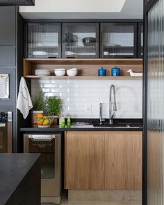 Striking Industrial Kitchen Ideas for Modern Look Applying an industrial concept to a kitchen is definitely a good choice to consider. Check these amazing industrial kitchen ideas and you'll love it! - Striking Industrial Kitchen Ideas for Modern Look Modern Farmhouse Kitchens, Black Kitchens, Cool Kitchens, Farmhouse Sinks, Farmhouse Ideas, Farmhouse Style, Industrial Kitchen Design, Interior Design Kitchen, Interior Modern