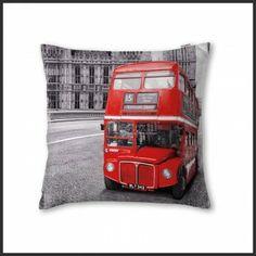 Esta funda de cojín BUS de la firma Antilo el dibujo estampado recrea un elegante autobús antiguo ingles de color rojo. Es el complemento ideal para tus fundas nórdicas o colchas.