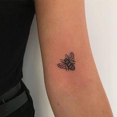 Inspiration Tattoos 86585 Insect beautiful tattoo model, original tattoo, swag girl with swag tattoo on hand Mini Tattoos, Dainty Tattoos, Little Tattoos, Pretty Tattoos, Cute Tattoos, Beautiful Tattoos, Body Art Tattoos, Tatoos, Classy Tattoos
