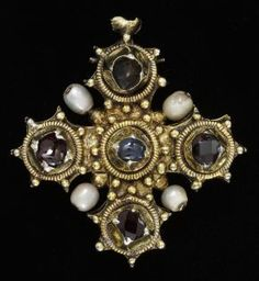 Pendant reliquary cross, gold and precious gems about 1450-1475. Victoria and Albert Museum, London. #MedievalJewelry