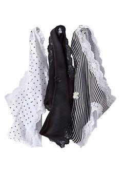 In hochwertiger Baumwoll-Stretch-Qualität. Top mit elastischen, weichen Spitzendetails an Ausschnitt und Trägern. Panty mit weicher Spitze am Beinausschnitt und kleiner Zierschleife vorn.  Aus 95% Baumwolle, 5% Elasthan. Spitze: 87% Polyamid, 13% Elasthan....