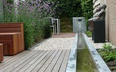 Particuliere tuin, Nijkerk Jaar: 2010 Gepubliceerd in: Modern European Landscape Design De lange tuin die aan een kant begrensd is door het kantoor van de eigenaar is in drie delen opgedeeld. Deel 1, het houten terras, met hiervoor ontworpen bank, is verlengstuk van de woonkamer. Deel 2 is het bloeiende tussendeel en vormt het uitzicht …