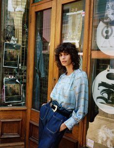 Spanish fashion brand Zara channels throwback vibes with the launch of its latest trend guide called, 'Retro Aesthetics'. The fashion shoot stars model Mica… 1920s Fashion Women, Older Women Fashion, 70s Fashion, Fashion Shoot, Fashion Brand, Editorial Fashion, Fashion Fall, Womens Fashion, Zara