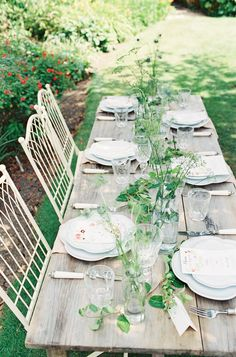 This simple farm-inspired table setting is perfect for a warm-weather rustic affair. #rusticweddings #springwedding