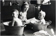 Helmy van Eck-Nijs doet Jan [links] en Kees Spoorenberg, kinderen van hoedenfabrikant Jo Spoorenberg in bad - 1942
