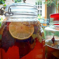 Pra eu mesma não esquecer, pois a combinação inventada ficou muito boa:  #kombucha de mate fermentado por uma semana (tem post a respeito no meu blog Come-se), separado da mãe e deixado por 24 horas em infusão com perpétua do mato vermelha, manjericão cravo e malva-de-cheiro. E só por 12 horas com o acréscimo de uma rodela de limão siciliano. Agora, depois de coado, está fazendo segunda fermentação na garrafa com uma pitada de mel de uruçu amarela. Depois conto como ficou.