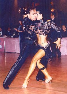 """Es llamada """"la danza del amor"""" y se conoce como tal desde el año 1929. Rumba. Se sabe que esta danza ha existido en Cuba y en Africa por más de un siglo."""