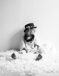 Unennäkijä-sisustusjutun väreiltään niukka maailma sai alkunsa Taboo-sarjan tunnelmasta ja unien irrationaalisesta maailmasta. Photo: Pekka Holmström/Otavamedia. Styling: Jenni Juurinen. Deko 6/17.