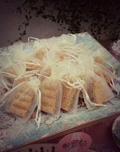 Νόστιμο ελληνικό παστέλι σε μπουφέ γλυκών κερασμάτων Coconut Flakes, Fudge, Save The Date, Favors, Spices, Wedding Ideas, Decorations, Candy, Bar