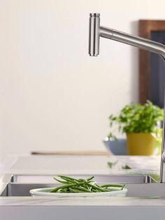 Slå på og av vannet med Select-knappen på toppen av den uttrekkbare tuten. Dra ut tuten opptil 50 cm og slå på vannet der du skal bruke det, f.eks. over den store kjelen. Du trenger ikke avbryte arbeidsflyten for å betjene armaturet, og kjøkkenarbeidet blir effektivere.  The Selection, Sink, Home Decor, Sink Tops, Interior Design, Home Interior Design, Sinks, Vanity, Home Decoration