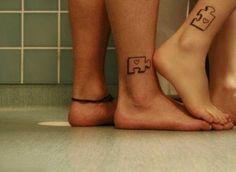 pareja mostrando sus pies con tatuajes en forma de piezas de puzzle