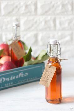 Apfelsirup Rezept - Selbst gemachter Apfelsirup ist ganz einfach ohne Dampfentsafter herzustellen. // Der Apfelsirup kann zum Aufspritzen mit Mineralwasser, zur Zubereitung von Desserts und zur Verfeinerung von Sekt verwendet werden. // homemade apple syrup - quick and easy to make. // Sweets & Lifestyle®️  #apfelsirup #einkochen #apfel #sirup #rezept #applesyrup #recipe #sweetsandlifestyle Apple Syrup Recipe, Rumchata Recipes, Cocktail Recipes, Cocktails, Drinks, Homemade Wine, Wine Parties, World Recipes, Diy Food