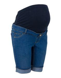 Blauwe denim broek in bermuda model. Het is een recht 5 pocket model met enige stretch. De korte broek is voorzien van een blauwe wassing en heeft opgerolde broekspijpen. De buikband is uitgevoerd in soepele tricot stretchkwaliteit. De short heeft een sierlijk zilverkleurige knoop.  #zomercollectie #zomerkledingdames #zomerkleding
