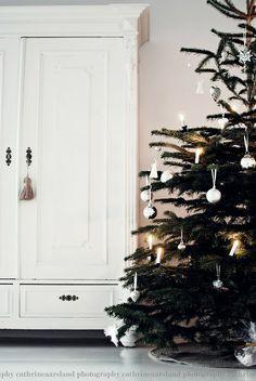 i love the simple christmas trees Noel Christmas, Country Christmas, Simple Christmas, Winter Christmas, Black Christmas, Xmas, Traditional Christmas Tree, Christmas Decorations, Holiday Decor