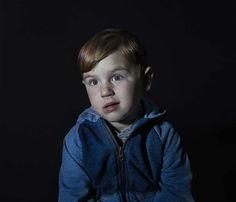 Elle photographie des enfants complètement hypnotisés par la télévision